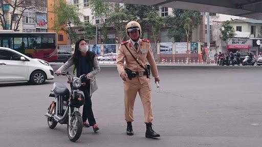 Vì sao đi xe đạp điện phải đội mũ bảo hiểm
